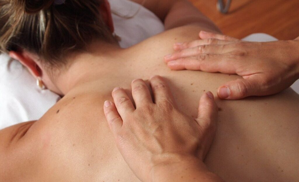 woman doin massage